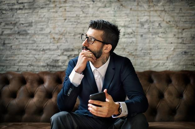 Een zakenman met behulp van een smartphone