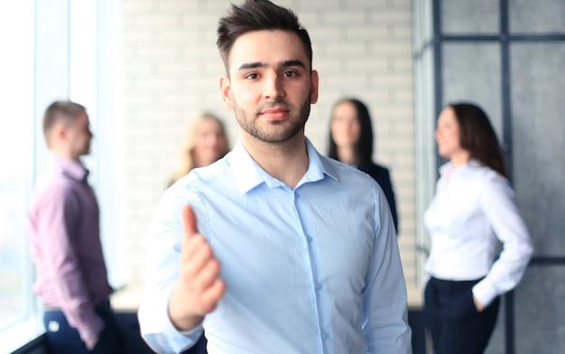 Een zakenman met een open hand klaar om een deal te sluiten