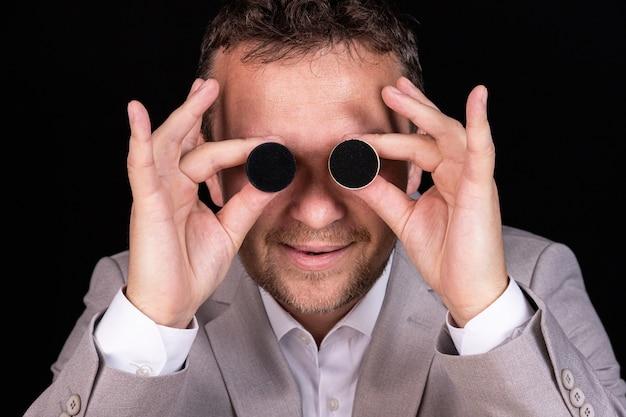 Een zakenman met humor drukt emoties uit met zijn handen en gezicht met schaakpionnen