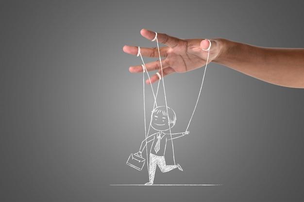 Een zakenman schrijft met een wit krijt dat wordt bestuurd door zijn hand, teken concept.