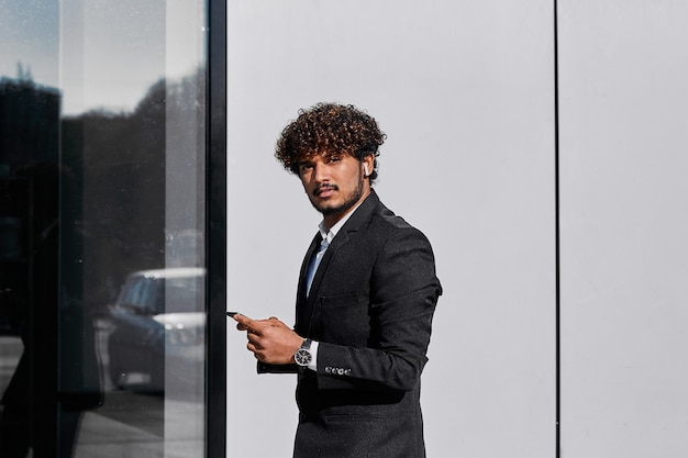 Een zakenman staat op straat en lost zaken op