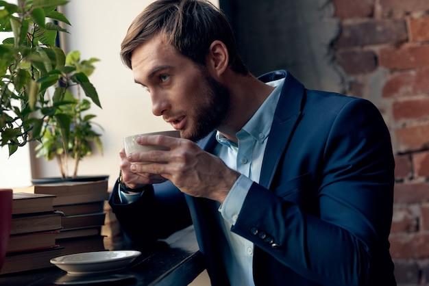 Een zakenman van het hebben van een kopje koffie