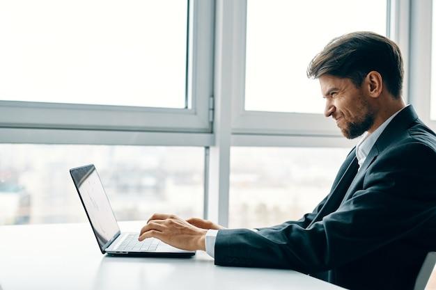 Een zakenman werkt op de laptop