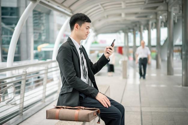 Een zakenman zit op iemand te wachten