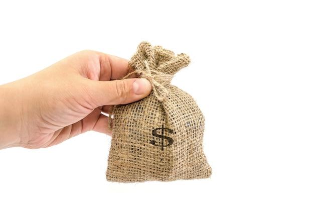 Een zakenmanhand die een zak geeft van het ontslaan met dollarteken dat op een wit oppervlak wordt geïsoleerd