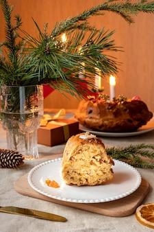 Een zelfgemaakte theecake geserveerd als traditionele kersttraktatie