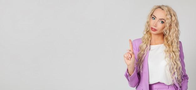 Een zelfverzekerde en gelukkige blonde vrouw glimlachen, nee zeggen of actie verbieden, afkeuring van een vinger schudden, houdt niet van een plan
