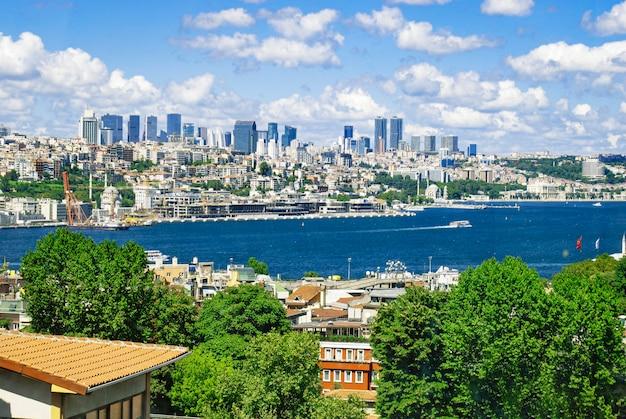 Een zicht op de bosporus vanaf een dak van het gebouw in istanbul.