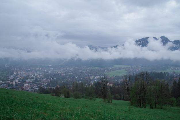Een zicht op het dal van het dorp zakopane