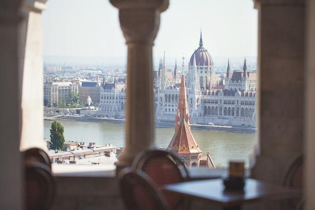 Een zicht op het parlementsgebouw. historisch centrum van toerisme. hongarije. boedapest