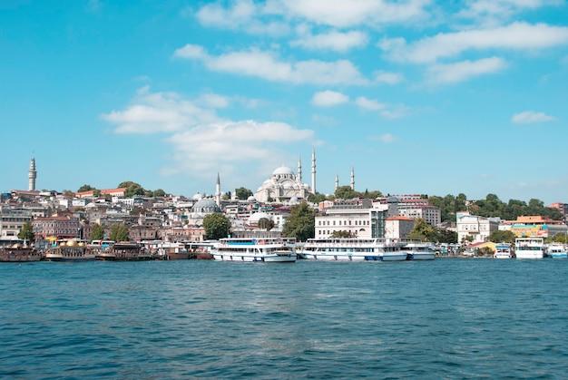Een zicht op het stadsbeeld van istanbul, de bosporus en de suleymaniye-moskee vanaf een brug