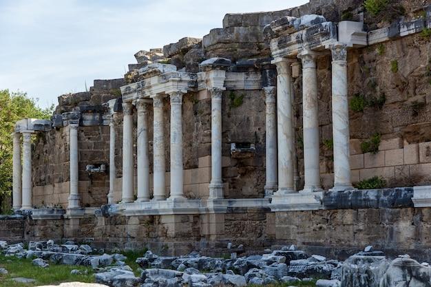 Een zijaanzicht van oude ruïnes van de oude stad in side, turkije. kolossale ruïnes van een theatercomplex t