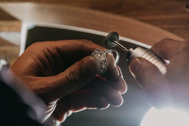 Een zilveren ring pellen met apparatuur