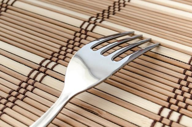 Een zilveren vork op een servet