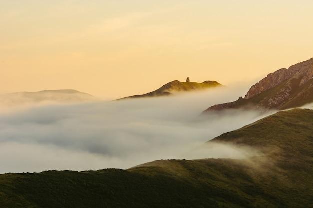 Een zonnige ochtend hoog in de bergen. mist op de heuvels. altai. dageraad.