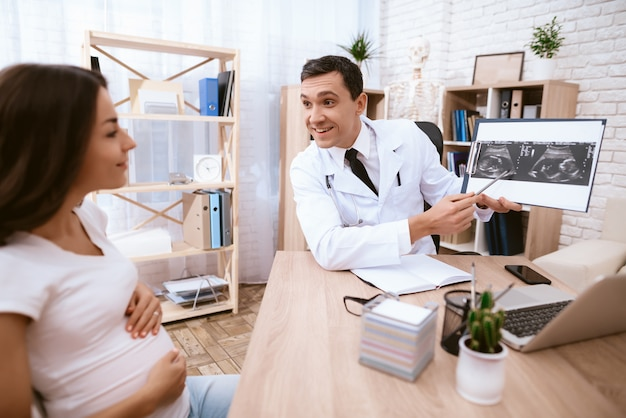 Een zwanger meisje kwam naar de dokter in de kliniek.