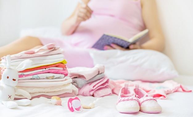 Een zwangere vrouw schrijft een lijst