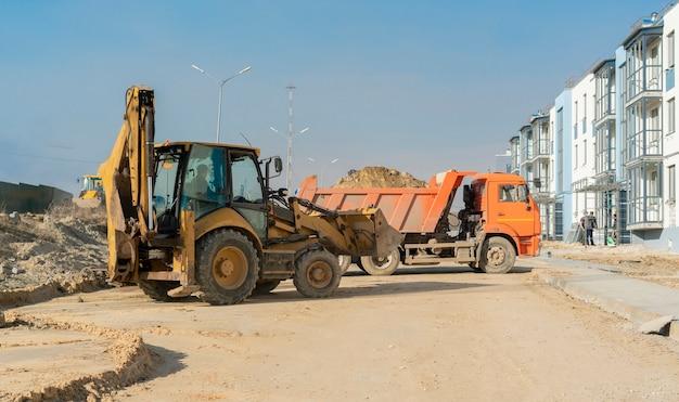 Een zware industriële technische machine die wordt gebruikt om nieuwe gebouwen te bouwen