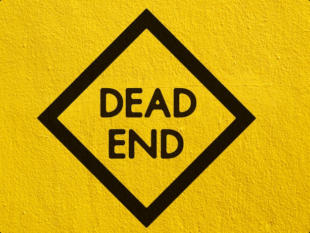 Een zwarte deer verkeerswaarschuwing geschilderd op een stucwerk muur buiten