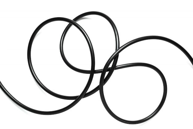 Een zwarte draad kabel geïsoleerd op een witte achtergrond