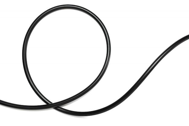 Een zwarte draadkabel die op een witte abstractie wordt geïsoleerd als achtergrond.