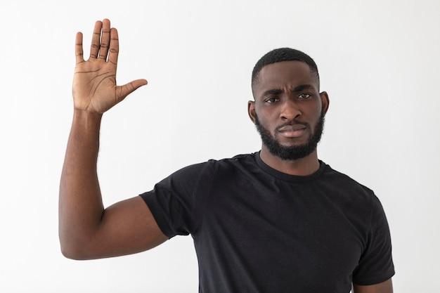 Een zwarte zwaait met zijn hand