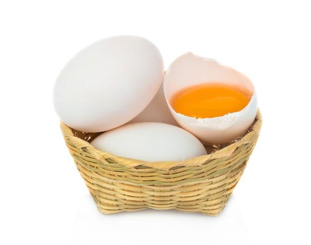 Eend ei in bomboo mand geïsoleerd op een witte achtergrond.