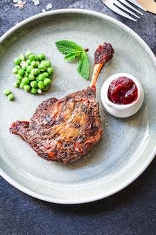 Eend gekonfijte been gebakken gevogelte vlees
