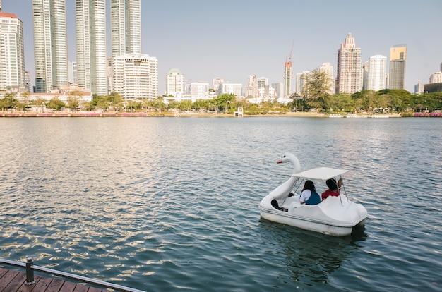 Eendboot in vijver bangkok