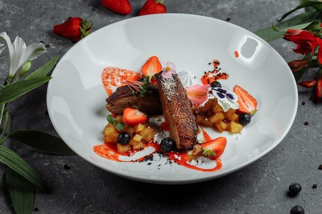 Eendenborst, aardbeiensaus, appelsalsa met kaneel, seizoensgebonden bessen top voedsel achtergrond