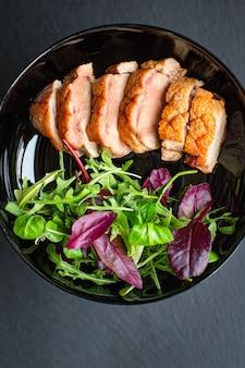 Eendenborst grill vlees gebakken mix salade bladeren barbecue geroosterd gevogelte