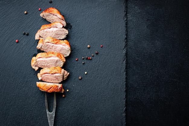 Eendenborst vlees gebakken gevogelte barbecue gedeelte op de tafel gezonde maaltijd snack