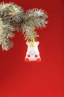 Eenhoornbeeldje op een kerstboom