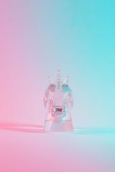 Eenhoornfiguur in levendige, opvallende holografische kleuren met kleurovergang