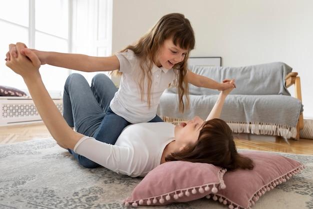 Eenoudergezin met gelukkige moeder en meisje