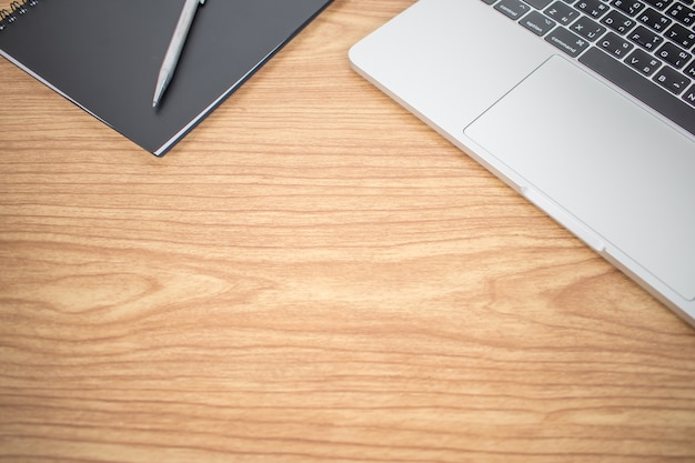 Eenvoudig bureau het bestaat uit een computer