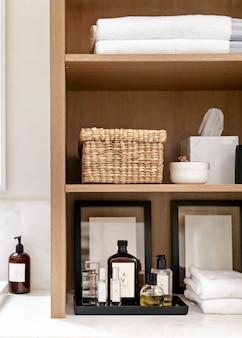 Eenvoudig en schoon badkamerinterieur