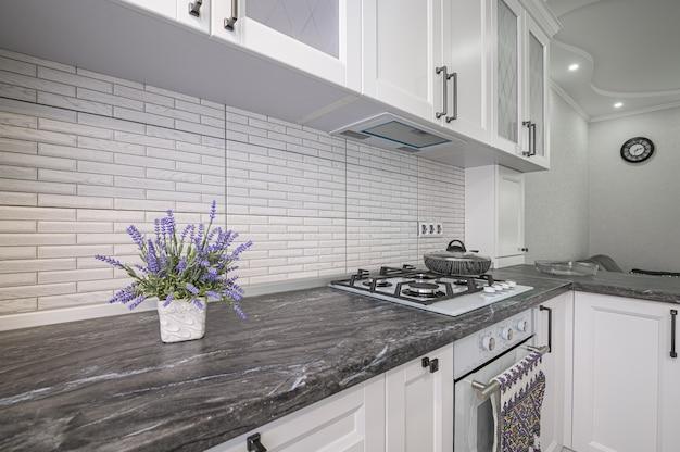 Eenvoudig, goed ontworpen modern wit keukenbinnenland
