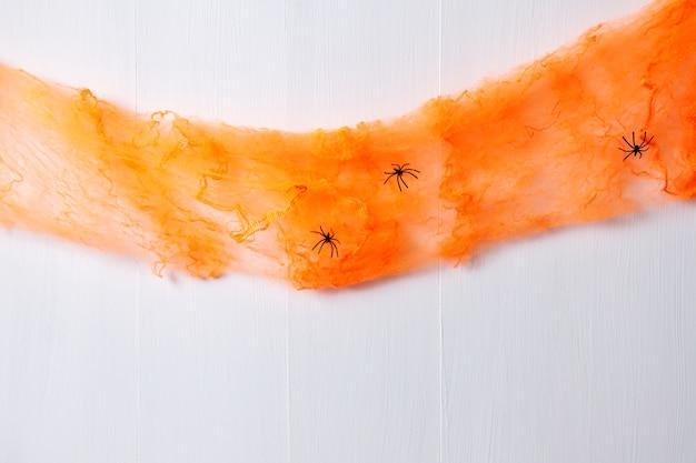 Eenvoudig halloween met oranje web en zwarte spinnen