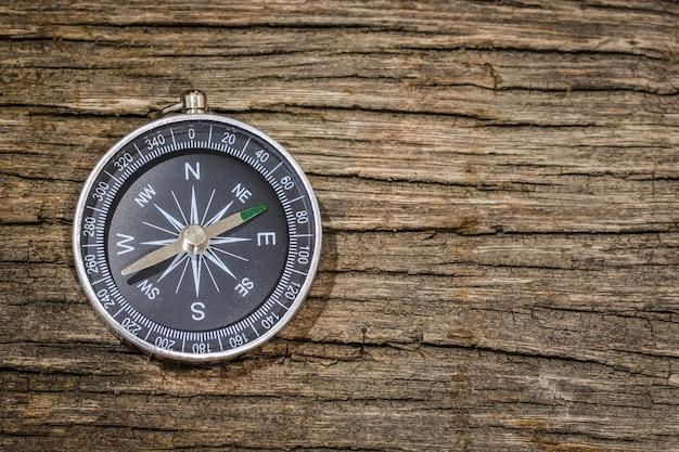 Eenvoudig kompas op de houten tafel met kopie ruimte