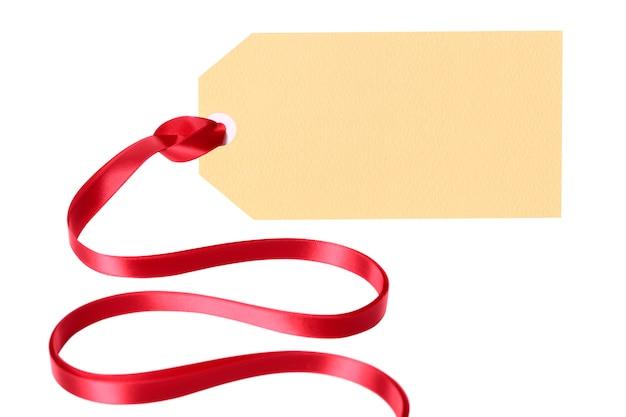 Eenvoudig leeg giftmarkering of manillaetiket met lint dat op witte achtergrond wordt geïsoleerd