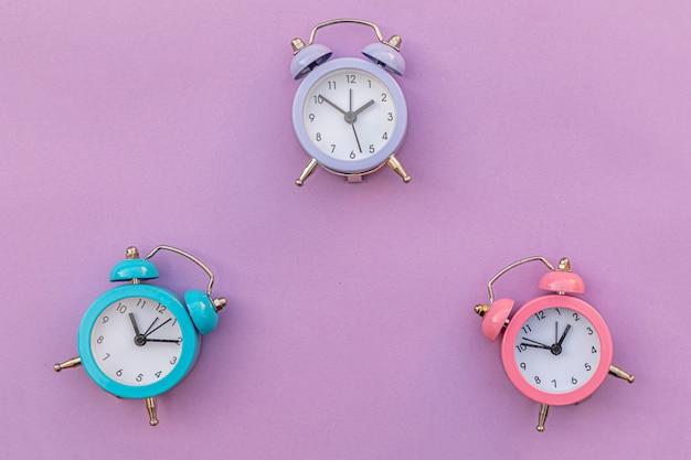 Eenvoudig minimalistisch design klassieke wekker met drie rinkelende dubbele bel