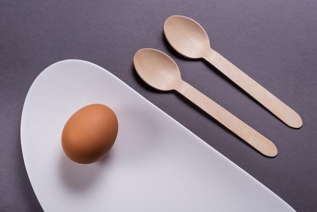 Eenvoudig ontbijt, gekookt ei op wit porselein