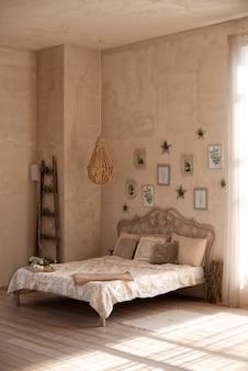 Eenvoudig slaapkamerinterieur met zomerse interieurstijl en rustieke inrichting.
