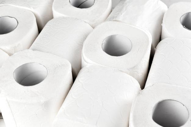 Eenvoudig toiletpapier, close-up zijaanzicht