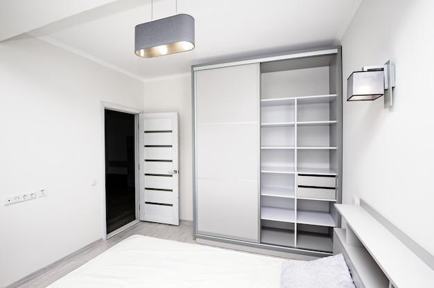 Eenvoudig wit leeg slaapkamerbinnenland