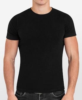 Eenvoudig zwart t-shirt gedragen door een man