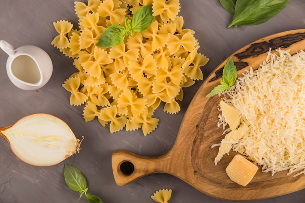 Eenvoudige eigengemaakte deegwaren die farfalle enschoende ingrediënten koken