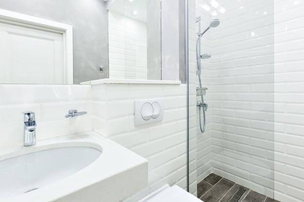 Eenvoudige hotelbadkamer