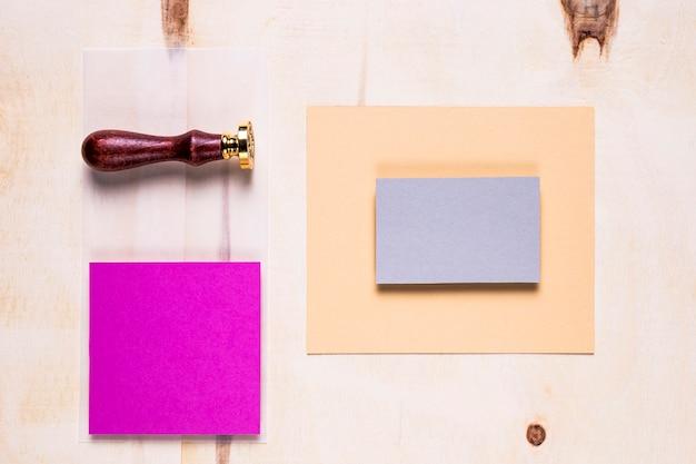 Eenvoudige kaarten op houten achtergrond